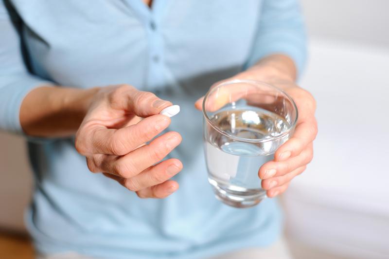 Foto von Tabletten-EPhoto of someone taking tabletsinnahme